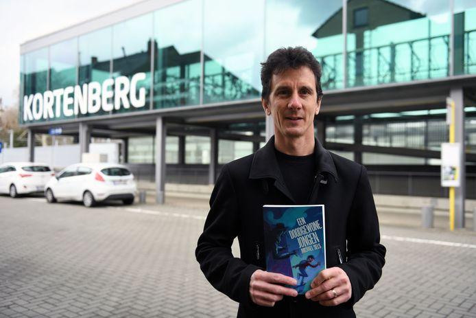 Michael Sels heeft met 'Een doodgewone jongen' een nieuw jeugdboek uit en koppelt er ook meteen een audiotour aan.
