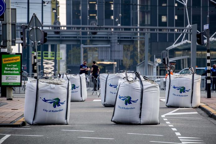 Zware beveiling met zandzakken tijdens de NN marathon van Rotterdam.