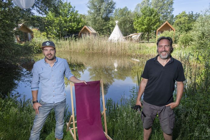 Jeroen Schreurs (links) en Michael Wedel leggen de laatste hand aan hun pop-upglamping met festivalaccommodaties.