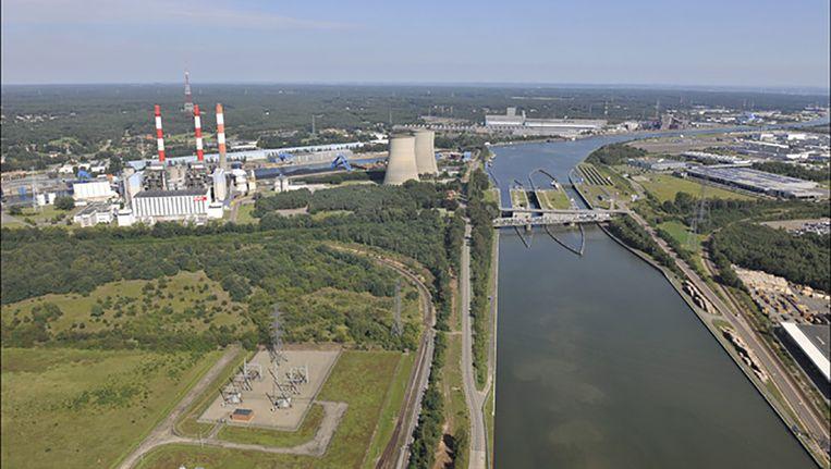 De centrale in Langerlo, bij Genk, zou worden omgebouwd tot biomassacentrale. Dat plan gaat nu niet door. Beeld photo_news