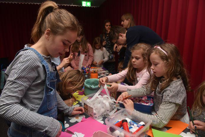 Na de boekvoorstelling mochten de kinderen ook knutselen in de bibliotheek van Wetteren.