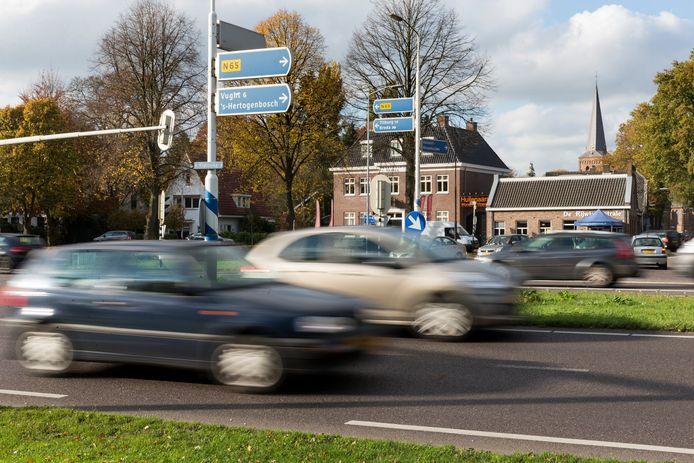 Het kruispunt op de N65 bij Helvoirt is een druk knooppunt. En onveilig, vindt de Haarense politiek.