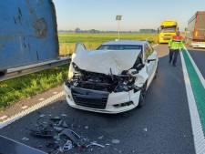 Ongeval op de N36 bij Vriezenveen door een groot stuk metaal op de weg