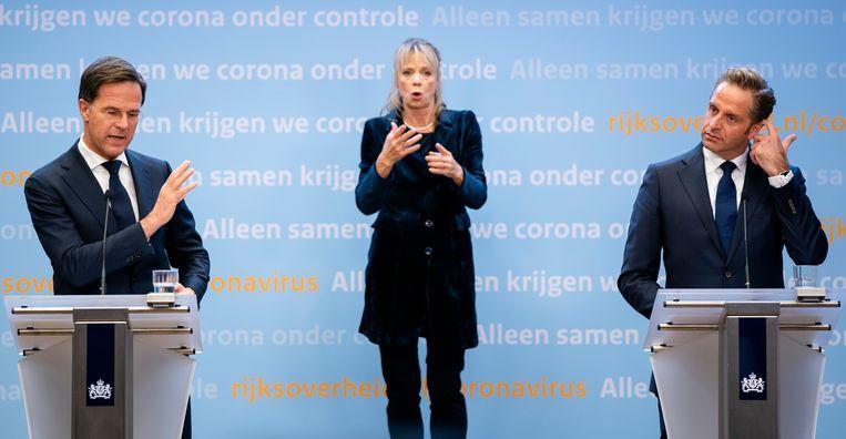 Bijna 6,5 miljoen mensen hebben dinsdagavond gekeken naar de persconferentie van premier Mark Rutte en coronaminister Hugo de Jonge. Tijdens de persconferentie werd een extra pakket aan maatregelen aangekondigd. Beeld ANP