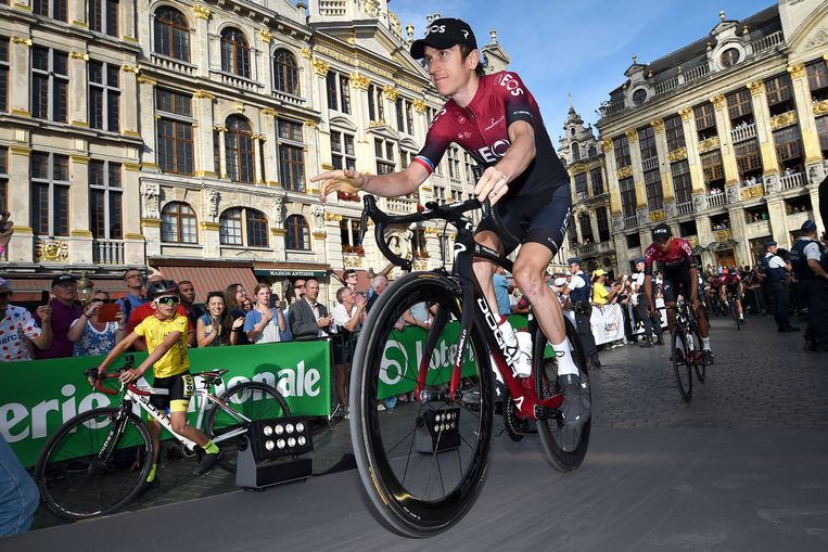 De Brit Geraint Thomas (Team Ineos) groet de fans op de Grote Markt in Brussel. Beeld BELGA
