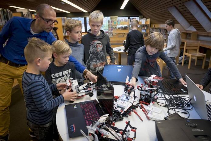 Lego robots en computers, een succes in de Zettense Bibliotheek.