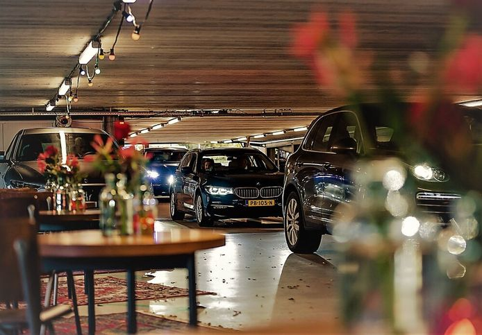 Een beeld van het drive in-afscheid dat ByLei organiseerde voor directeur Guido Dierick van NXP in Eindhoven