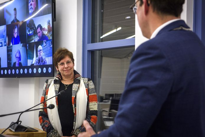 Burgemeester Joost van Oostrum heette dinsdagavond in de raadszaal Gerda ter Denge welkom als wethouder in Berkelland. De raadsleden keken toe via een online verbinding met het gemeentehuis.