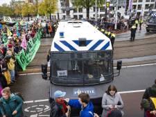 Politie pakt 130 klimaatactivisten op in Amsterdam