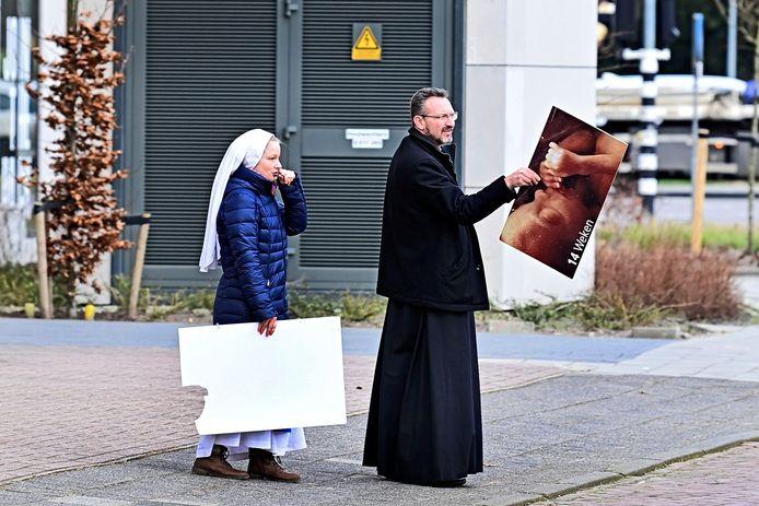 Demonstranten protesteren tegen abortus bij een abortuskliniek.