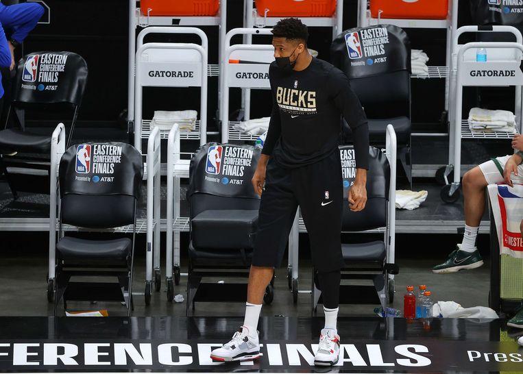 Giannis Antetokounmpo, sterspeler van Milwaukee Bucks, is geveld door een knieblessure en moet tijdens de play-offs toekijken. Beeld AFP