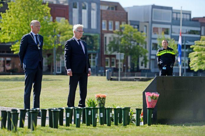 Onno van Veldhuizen en Bram Distel (rechts) bij het monument voor de vuurwerkramp.