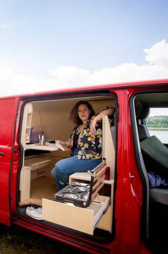"""Vlamingen vallen voor 'vanlife': zo bouwde Julie (33) haar busje om, inclusief haar tips en budget. """"Binnenin vergeet je dat je in een camionette leeft"""""""