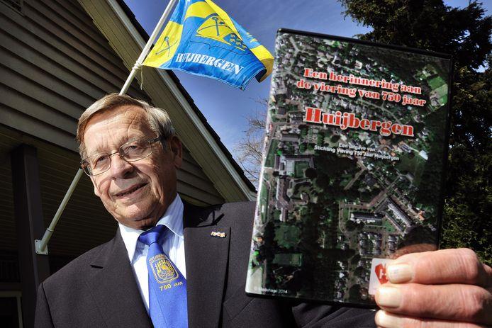 Oud-burgemeester Ed van Dommelen met een dvd over 750 jaar Huijbergen