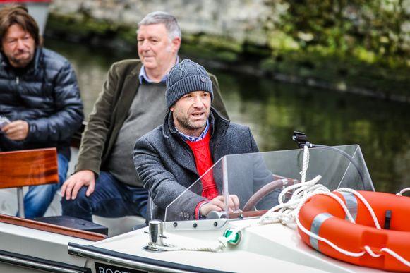 Frederik Coucke van Gruuthuse test de boot voor het eerst uit.
