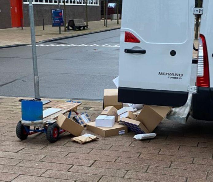 De pakketjes worden uit het busje op straat gegooid.