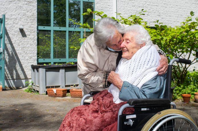 En of Josephine en Maria Peeters blij waren om elkaar voor het eerst in maanden een knuffel te geven.