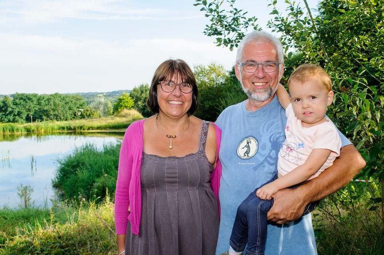 Initiatiefnemers Annemie Geldhof en Guido Rooseleer met hun kleinkind Elise in hun prachtige 'mini-natuurreservaat'.