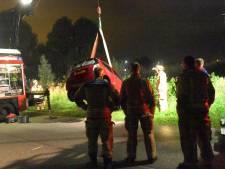 Auto met lichten aan gevonden in water bij Rijswijk, inzittenden spoorloos verdwenen