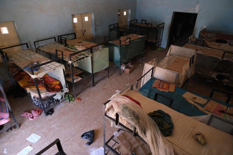 Een lege slaapzaal met achtergelaten spullen en kleding van de circa 500 door Boko Haram ontvoerde schooljongens van het internaat in Kankara in Nigeria.  Beeld AFP