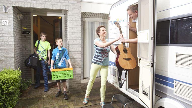 Hilko, Roelof, moeder Julianna en vader Jelte maken zich op voor de 44ste editie van de Pinksterconferentie van Stichting Opwekking Biddinghuizen. Beeld Sjaak Verboom