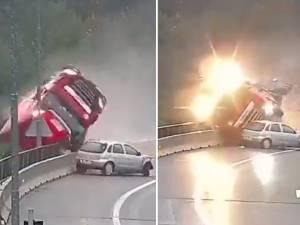 Percuté par une voiture, un camion fait une chute spectaculaire d'un viaduc