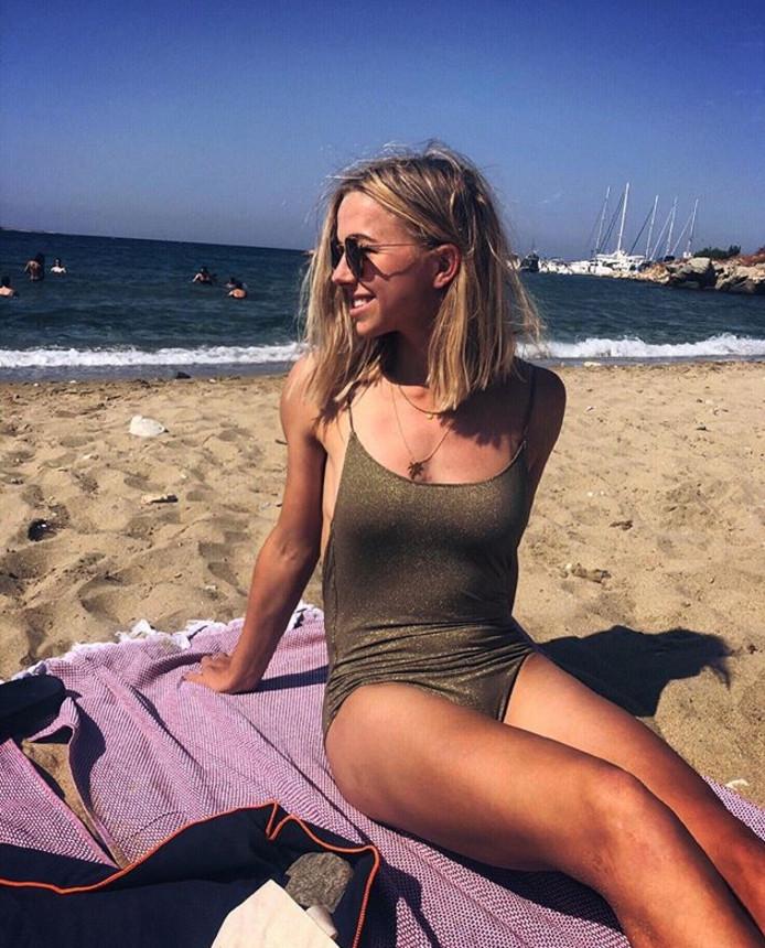 Jackie Groenen op het strand.