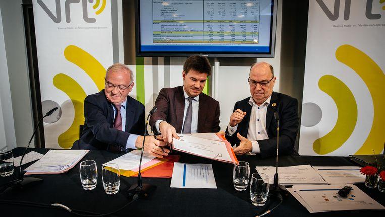 Voorzitter van de raad van bestuur van VRT Luc Van den Brande, Vlaams mediaminister Sven Gatz en VRT-CEO Leo Hellemans ondertekenen de beheersovereenkomst. Beeld Wouter Van Vooren