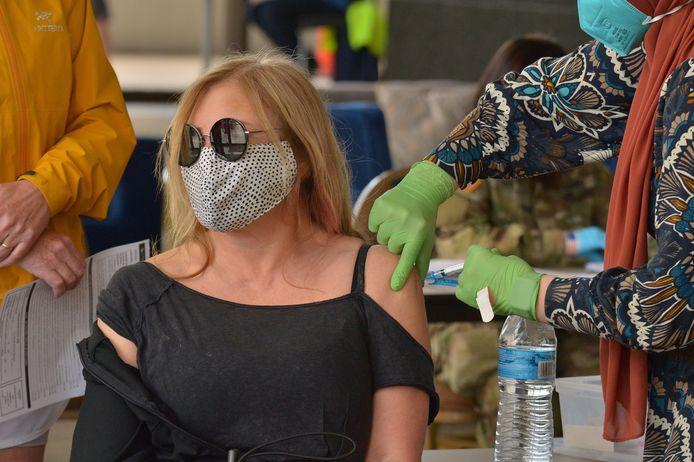 Een vrouw krijgt een coronavaccin toegediend in Californië.