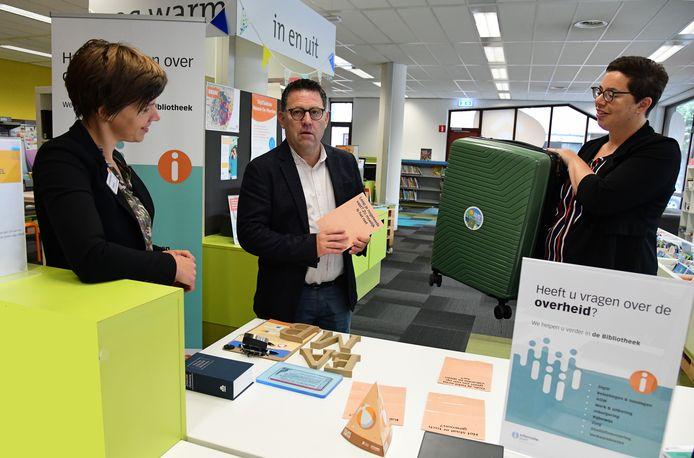 De Reuselse wethouder Maarten Maas bij de ingebruikname van het informatiepunt digitale overheid in Reusel. Links staat Susan Quirijnen van Bibliotheek De Kempen en rechts Maartje Heusschen van het DigiTaalhuis.