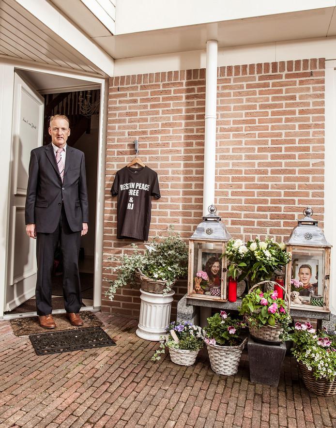 Evert van Zijtveld bij de gedenkplek van zijn kinderen voor zijn woning.