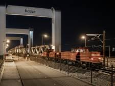 Eerste trein rijdt testrit over Botlekbrug: 'Een euforisch moment'