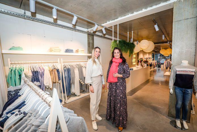 Evelien Merlevede en Sarah De Vriese in hun nieuwe winkel.