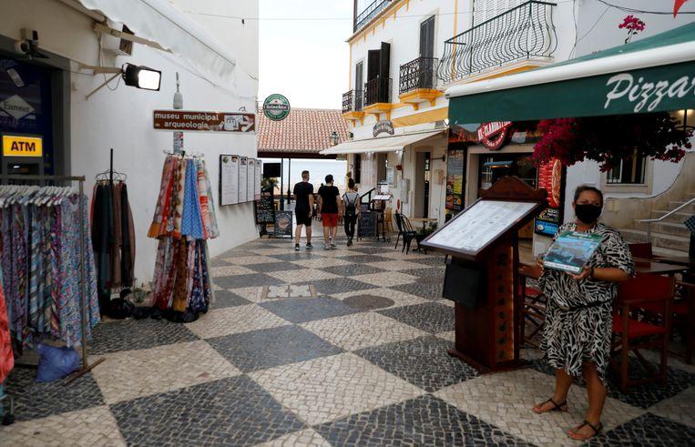 Albufeira, Portugal, vorig jaar zomer. De Portugese regering komt binnenkort met een 'ambitieus plan' om de toerismesector uit het slop te trekken. Beeld REUTERS