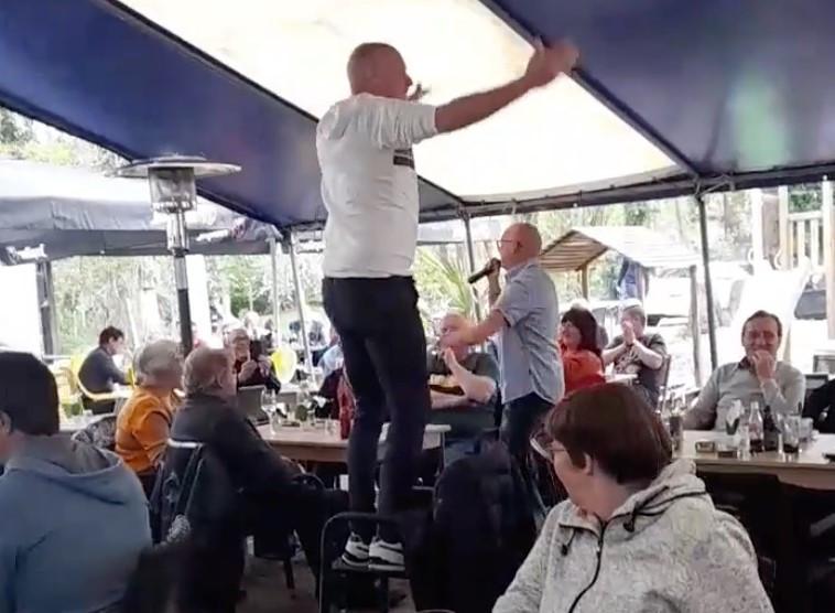 De zanger liep tussen de aanwezigen en zweepte zijn publiek op.