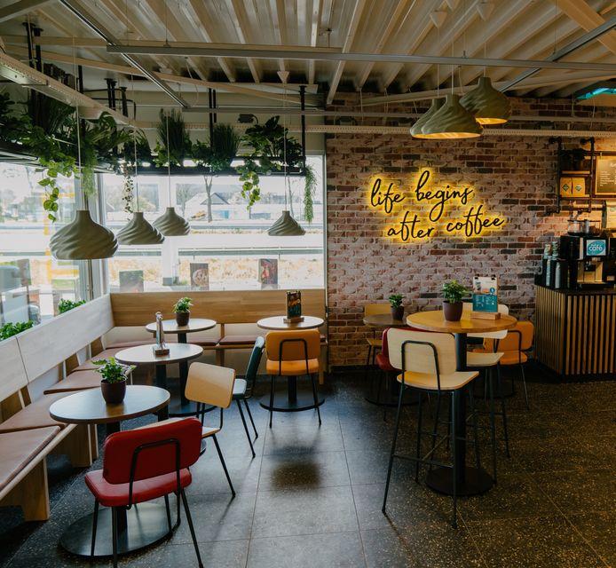 Shell Sandelingen-Oost bij Hendrik-Ido-Ambacht is nu een Shell Café, het eerste van het land. Later volgen er meer langs de snelweg.