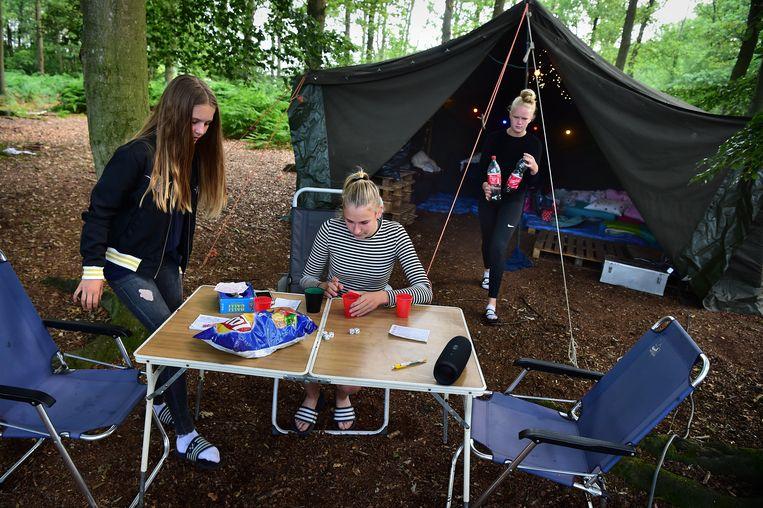 Het kamperen draait om vrijheid, samenzijn en voorzichtig oefenen in zelfstandigheid. Beeld Marcel van den Bergh / de Volkskrant