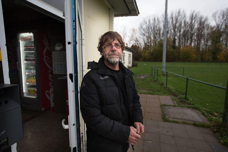Voorzitter Geert Coenen van jong STVV bij schade na inbraak kantine