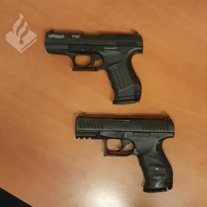 De wapens waren niet van echt te onderscheiden. Het bleek uiteindelijk te gaan om nepwapens.