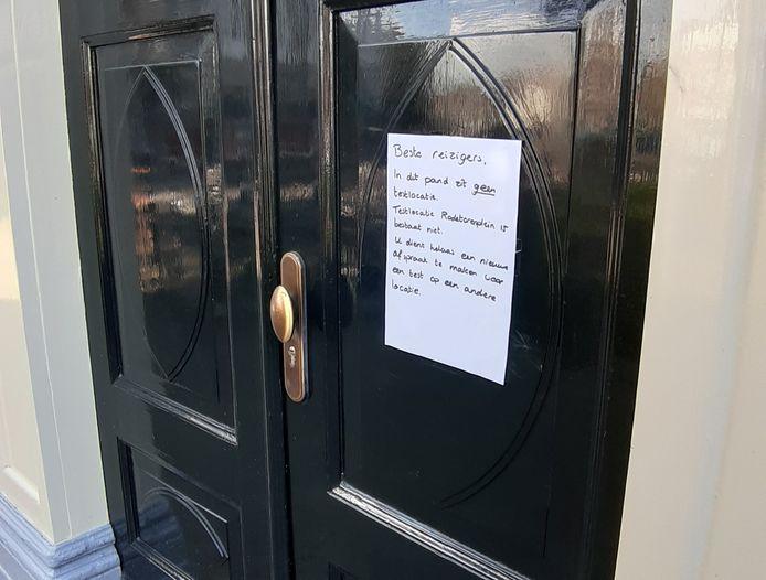 Een briefje op de deur maakt duidelijk dat hier geen teststraat is.