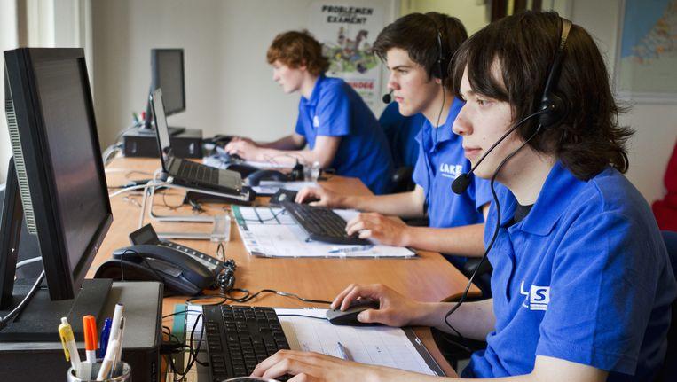 Medewerkers van het Landelijk Actie Komitee Scholieren (LAKS) nemen in Amsterdam telefonische klachten aan van scholieren over hun eindexamen. Vorig jaar ontving het LAKS een recordaantal van 145.000 klachten. Beeld null