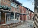 De woningen in 't Ven, zoals hier aan de Tobias Asserstraat, in Eindhoven worden gerenoveerd en verduurzaamd. Ze krijgen onder meer een nieuwe voorzetgevel voor de isolatie.