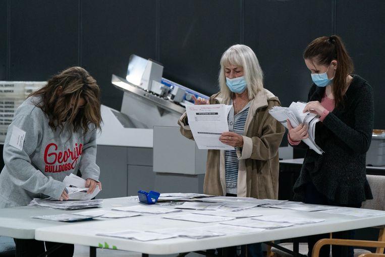 Medewerkers van een stembureau tellen de stemmen.  Beeld AFP