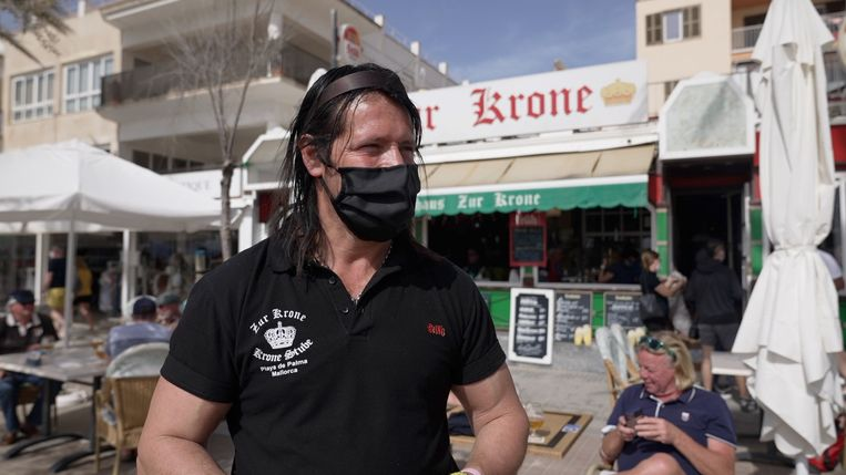 Cristian Lafourcade, eigenaar van biercafé Zur Krone in Mallorca, die na tijden eindelijk weer eens flink wat gasten had dit paasweekeinde. Beeld Alex Tieleman
