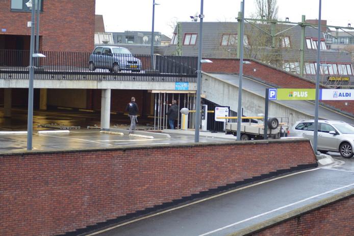De garage boven de Aldi aan de Beestenmarkt in Deventer ligt er verlaten bij. Na een de vondst van een scheur in het parkeerdek is de garage uit voorzorg gesloten. Er zou geen instortingsgevaar zijn.