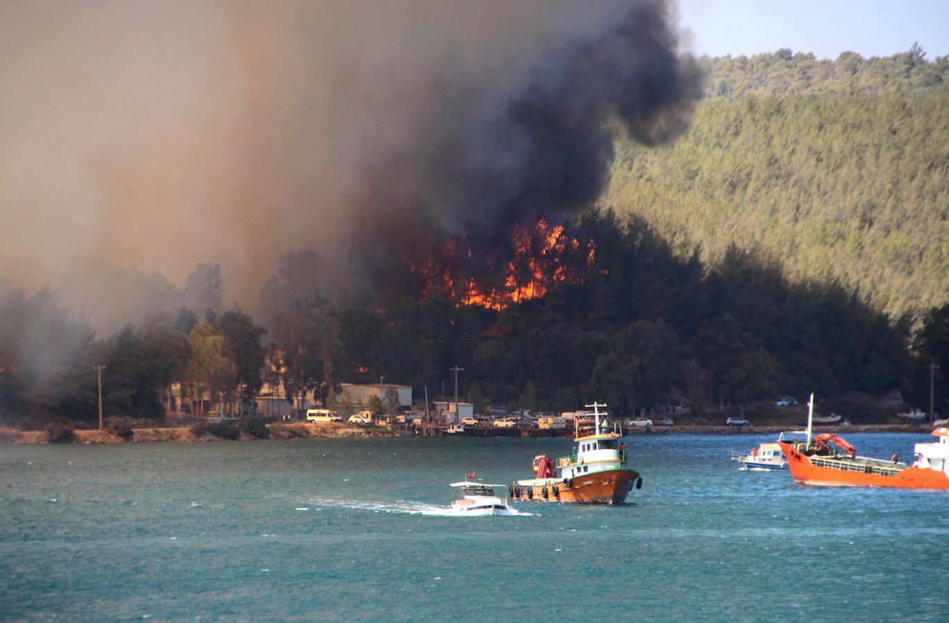 Rook stijgt op uit een bosbrand nabij de Turkse toeristenstad Bodrum.