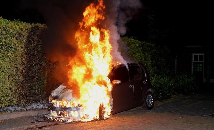 De vlammen lieten niets van de auto over