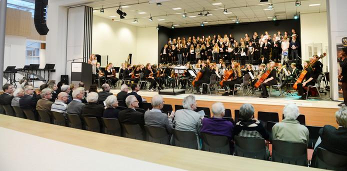 Het Twickel College werd 28 februari officieel geopend. Het gebouw trekt veel nieuwe leerlingen.