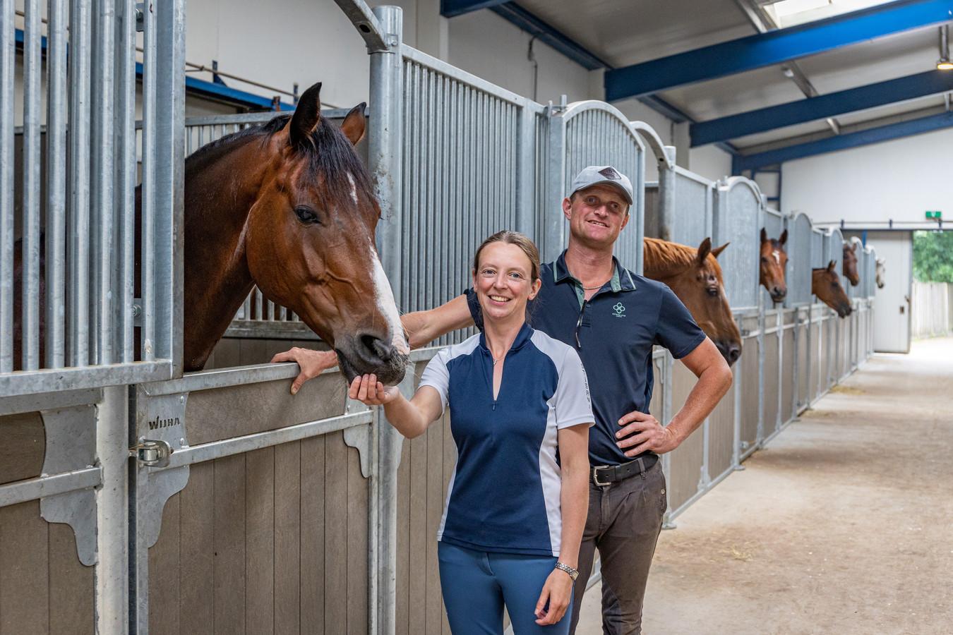 """Nina Hut en Tarik van Boggelen in de verbouwde stallen. """"We hebben de oude stallen er uit gesloopt en er zijn nieuwe, ruimere voor in de plaats gekomen met bredere paden en goede ventilatie."""""""