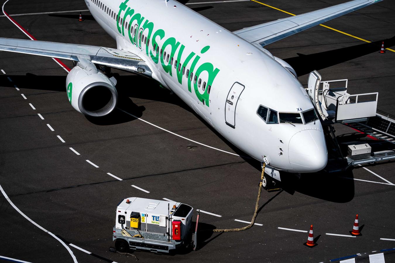 Een vliegtuig van Transavia bij Eindhoven Airport.